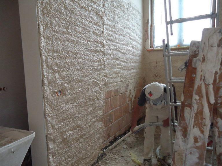 Szybkie i dokładne nakładanie tynku na ściany budynków