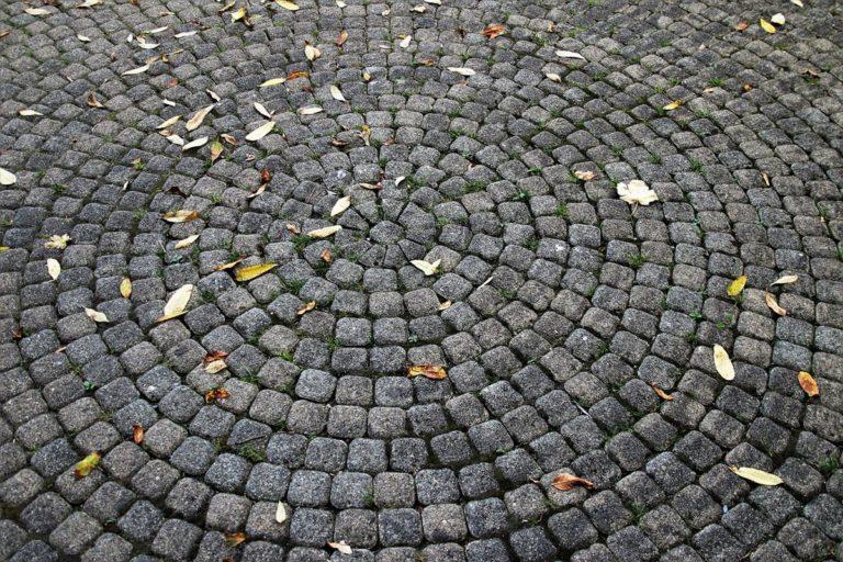 Wytrzymałe chodniki i podjazdy z kostki brukowej